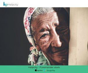 Eine ältere Frau blickt in die Kamera.